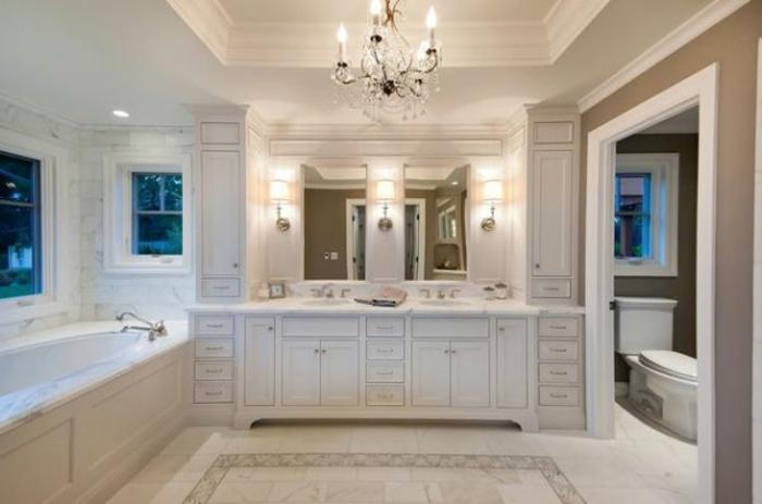 Wandschrank-für-Badezimmer-kronleuchter-groß-spiegel