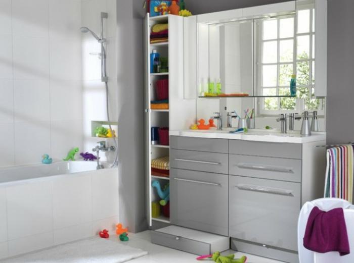Wandschrank-für-Badezimmer-viele-spielzeuge
