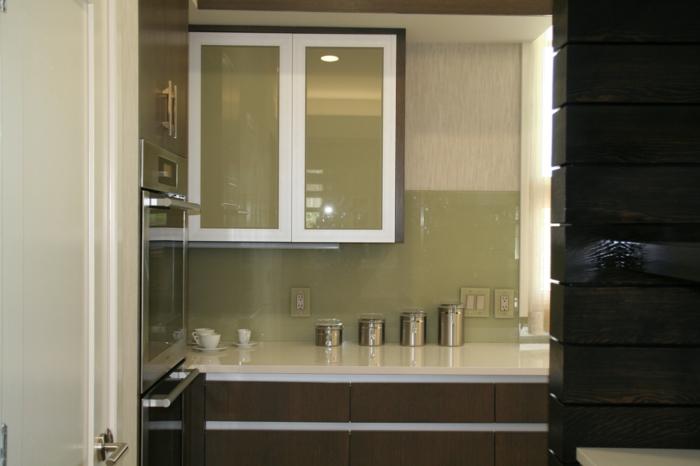 Wandschrank-für-Küche-platzsparend-minimalist-weiß-rahmen