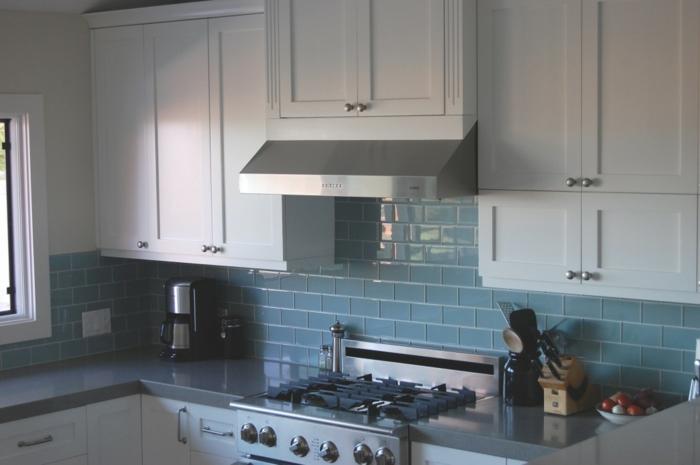weißes Wandschrank für Küche und blaue Wandpaneel aus Porzellan