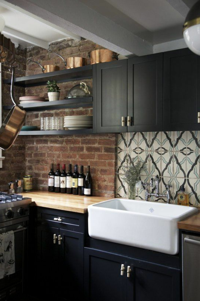 Wandschrank-für-Küche-ziegelwand-schwarz