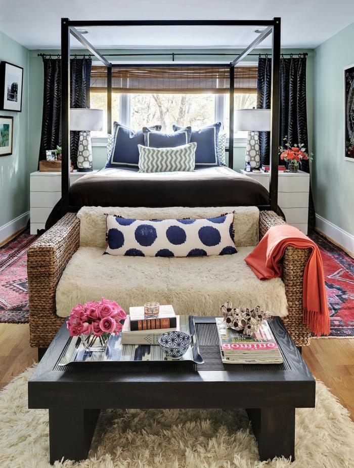 Wohnzimmer-schöne-Gestaltung-kleine-Rattan-Couch-Wolle-Polster-orange-Schlafdecke-Couchtisch-Bücher-Zeitschriften-Rosen