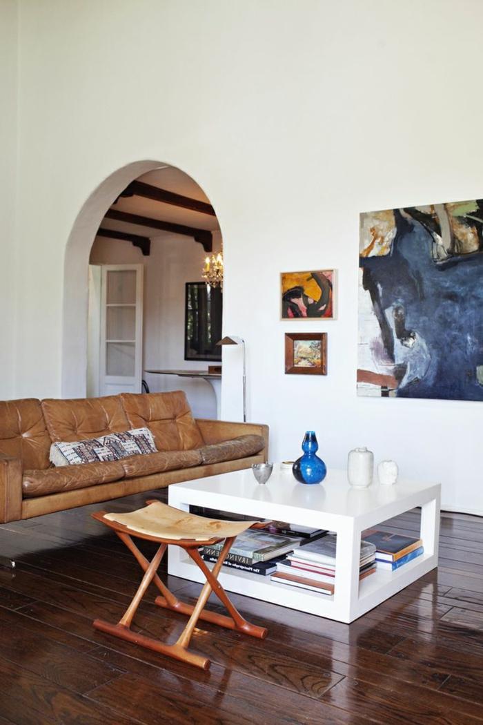 Wohnzimmer-stilvolles-Interieur-Leder-Sofa-Couchtisch-weiß-Hocker