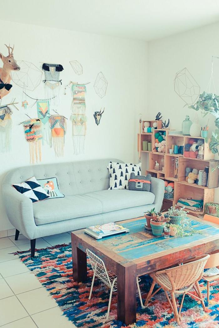Zimmer-Boho-Chic-Interieur-Traumfänger-Wand-Accessoires-praktisches-Sofa-Minzr-Farbe-hölzerne-Regale-Kasten-Tisch-Massivholz-vintage-Rattanstuhl