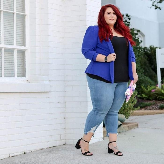 abendmode hose mit obertiel, helle jeans, schwarze bluse, lila sakko, dunkelrote haare