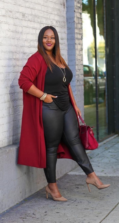 abendmode hose mit oberteil, rote weste, schwarze bluse, lederhose, partyoutfit für mollige damen
