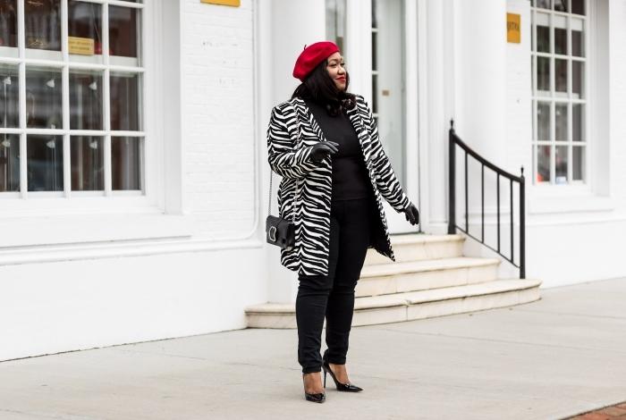 abendmode hose mit oberteil, outfit in schwarz, winteroutfit damen, rote mütze, mantel mit zebra muster