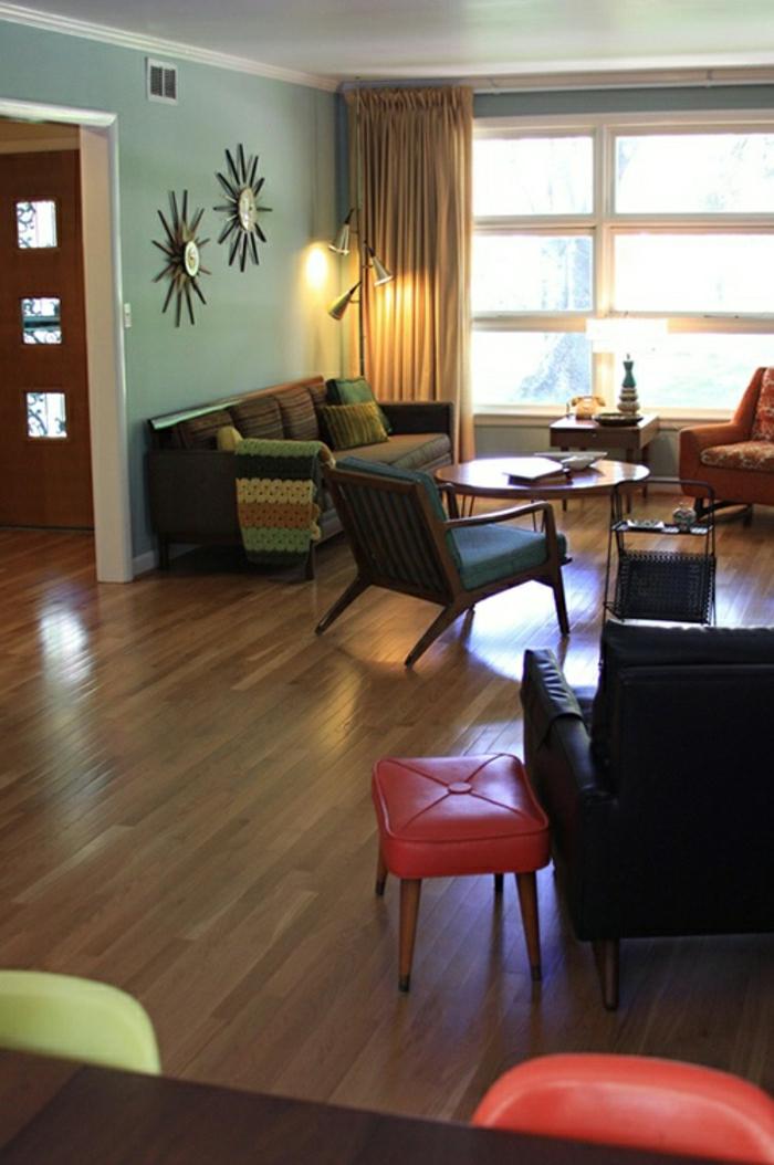 alte-Wanduhren-gemütliches-Wohnzimmer-roter-Hocker-Leder-Sofa-Sessel