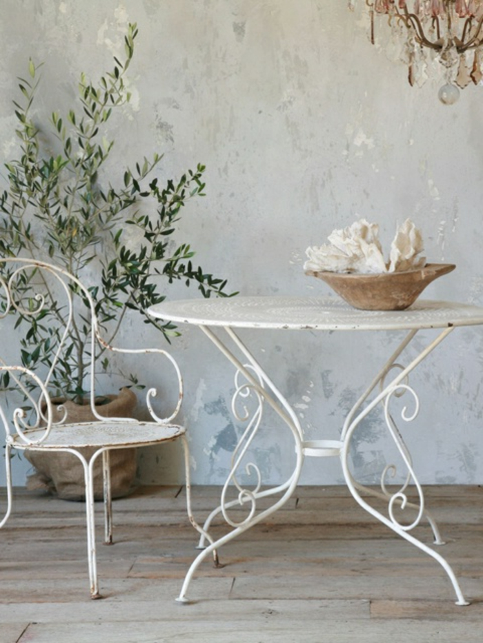 antike-Gartenmöbel-weiß-Schmiedeeisen-elegant-vintage-rustikal
