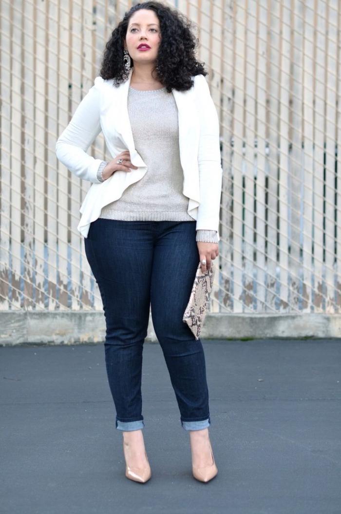 ausgefallene mode für große größen, dunkle jeans, graue bluse, weißes sokko, beige schuhe