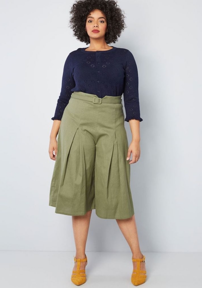 ausgefallene mode für große größen, grüne hose mit weiten hose, dunkeblaue bluse mit langen ärmeln
