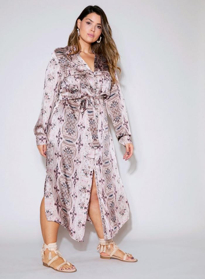Даausgefallene mode für große größen, hellrosa kleid mit langen äreln, flache schuhe, große ohrringe