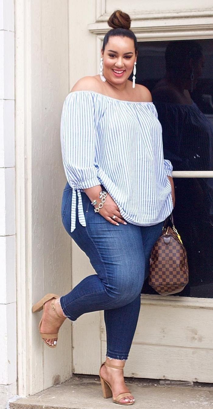ausgefallene mode für große größen, dunkle jeans, gestreifte bluse in weiß und blau, beige schuhe