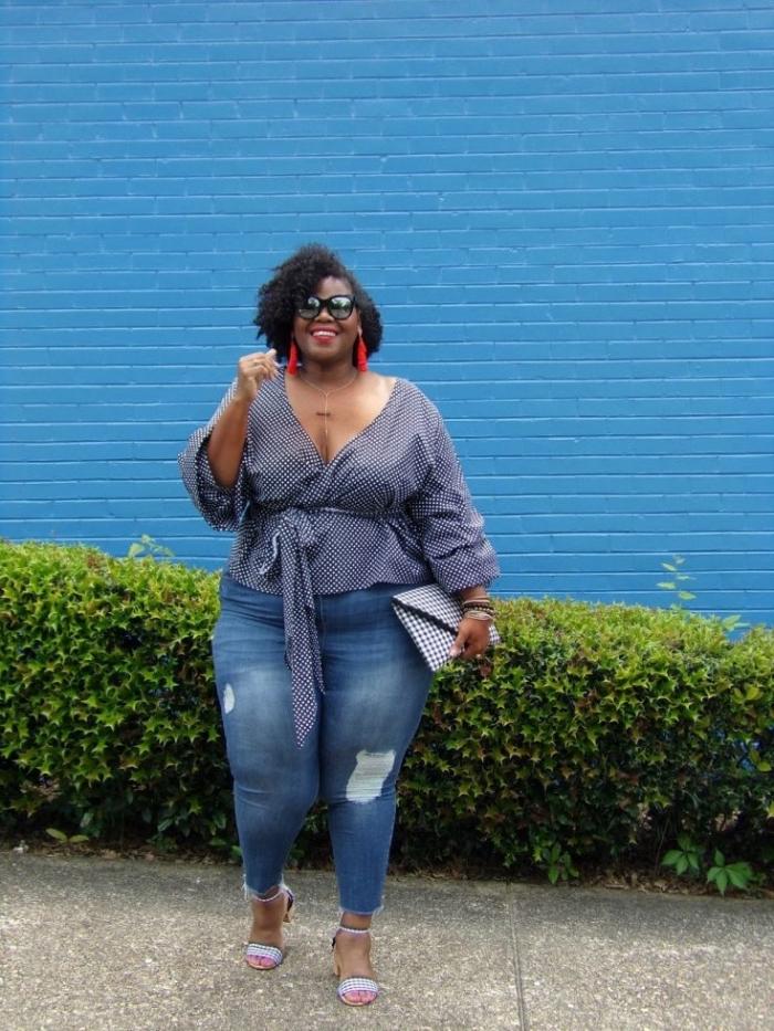 ausgefallene mode für große größen, blaue jeans, bluse mit weiten ärmeln, kurze haare, rote ohrringe