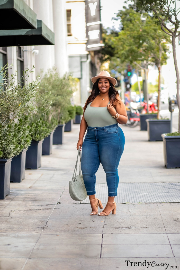 ausgefallene mode für große größen, frühlignoutfit ideen, jeans mit mitfarbenem top, hur
