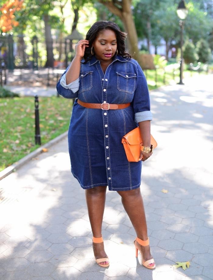 ausgefallene mode für großen größen, knielanges jeanskleid mit langen ärmeln, orangenfarbene acessoires