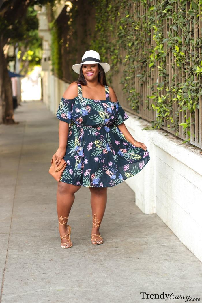 ausgefallene mode für große größen, dunkelblaues sommerkleid mit floralem motive, weißer hutt