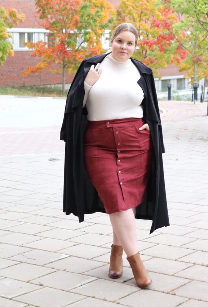 ausgefallene mode für große größen, weißer pulli in kobmination mit rotem rock, braune schuhe, schwarzer mantel