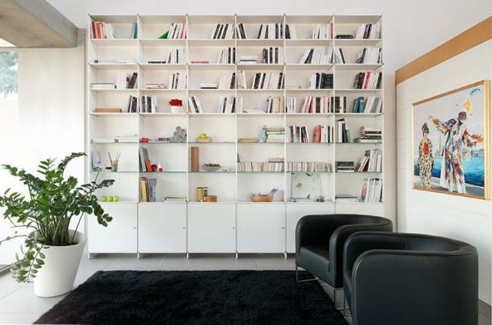 Bücherregal Wohnzimmer: Wohnzimmer Aus Dunklem Holz Mit Hasen Figuren.,  Hause Deko
