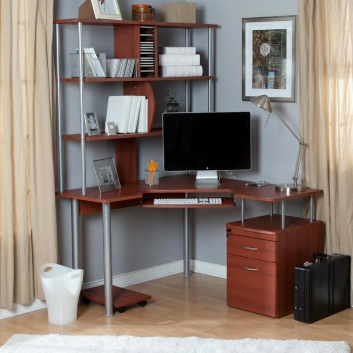 büromöbel-Schreibtisch-mit-Regal-Holz-Computer-Leselampe-Metall-weiße-Bücher-Schubladen-Koffer-Eimer-weißer-Teppich
