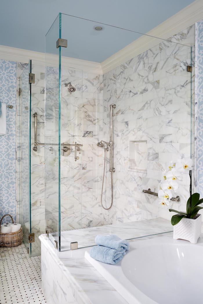 Duschkabine aus Glas installieren, Badezimmer Fliesen in Blau und Weiß