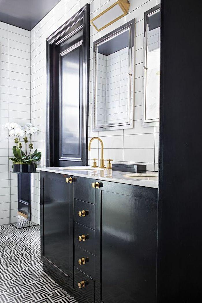 Bad Einrichtung Ideen, schwarze Badmöbel aus Holz, weiße Fliesen, zwei viereckige Spiegel