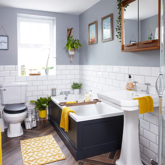 Funktionelle Bad Einrichtung, weiße Fliesen und Laminat, Keramik Badewanne und Waschbecken