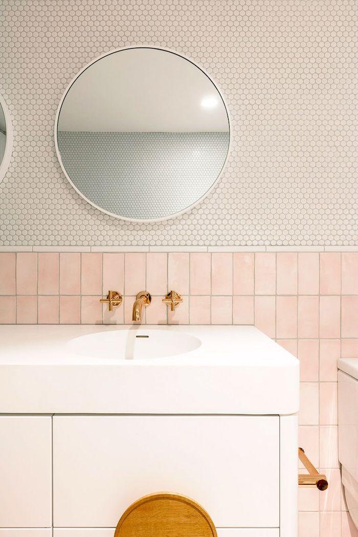 Bad simpel gestalten, Fliesen in Rosa und Weiß, runder Spiegel, goldener Wasserhahn