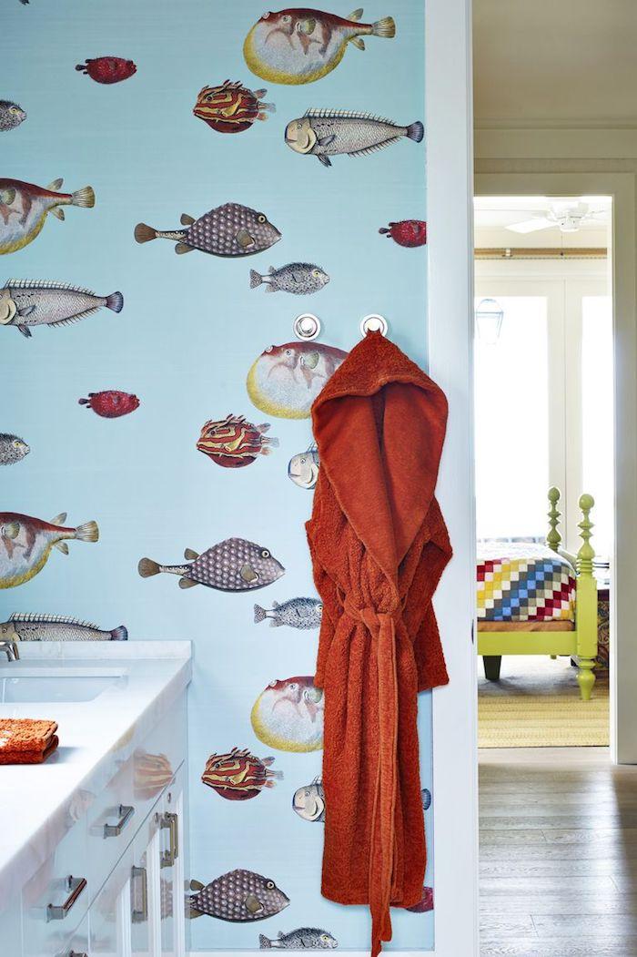 Wandgestaltung im Badezimmer, bunte Fische auf blauem Grund, weißer Schrank