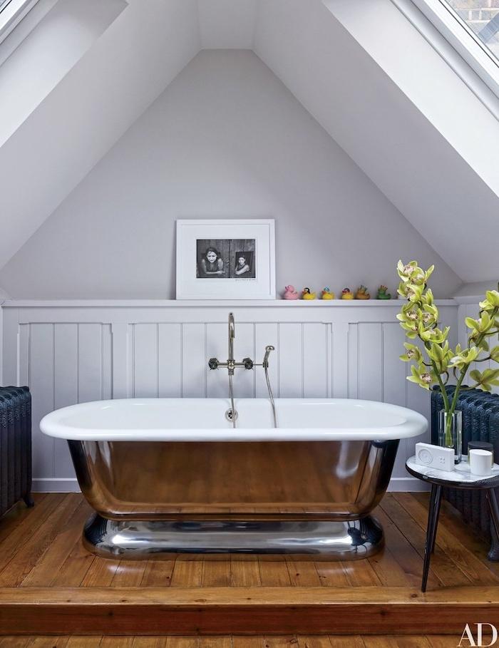 Bad Gestaltung modern, Badewanne aus Metall und Keramik, Holzboden und Wandfarbe Weiß