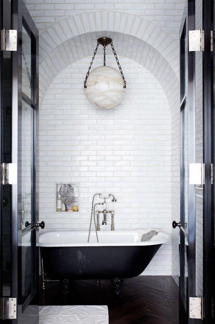 Bad Gestaltung Ideen, weiße Fliesen, Keramik Badewanne, weiß innen und schwarz außen