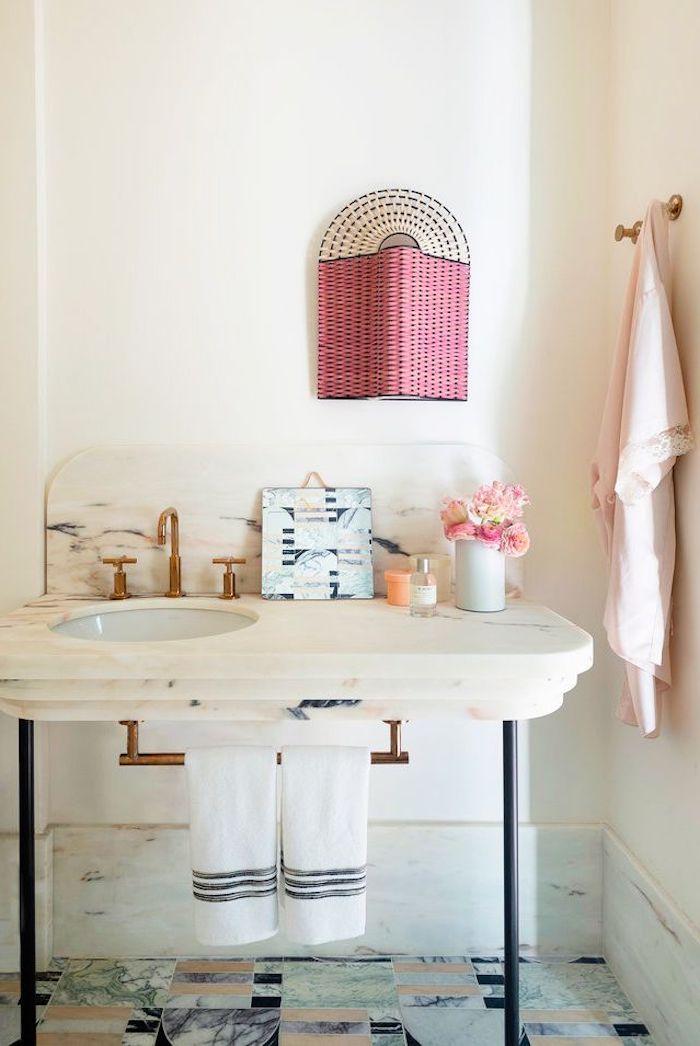 Bad Einrichtung Ideen, Wandfarbe Weiß, Marmor Waschbecken, Lampenschirm aus Rattan