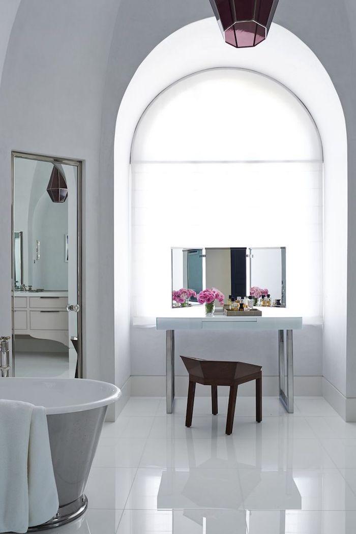 Luxus Badezimmer in Weiß, abgerundeter Schrank, Keramik Badewanne, Schminktisch und viereckiger Spiegel