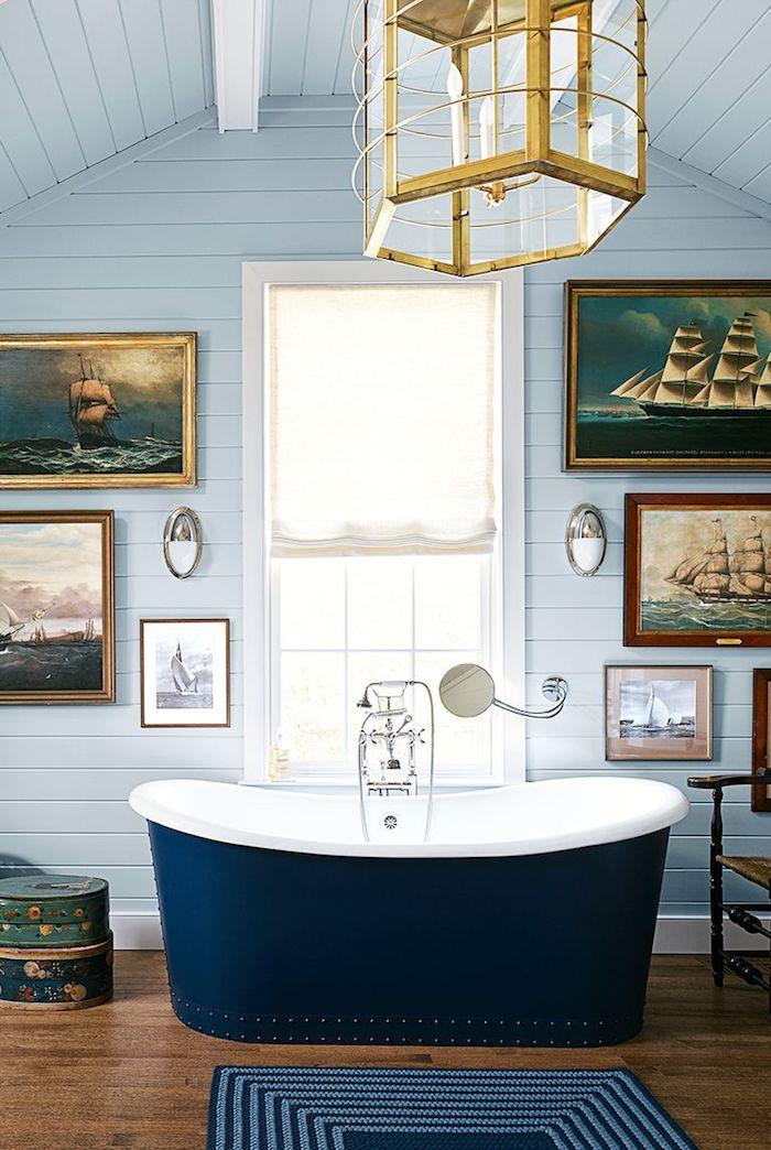 Bad Einrichtung, Keramik Badewanne, innen weiß, außen dunkelblau, viele Gemälde an der Wand