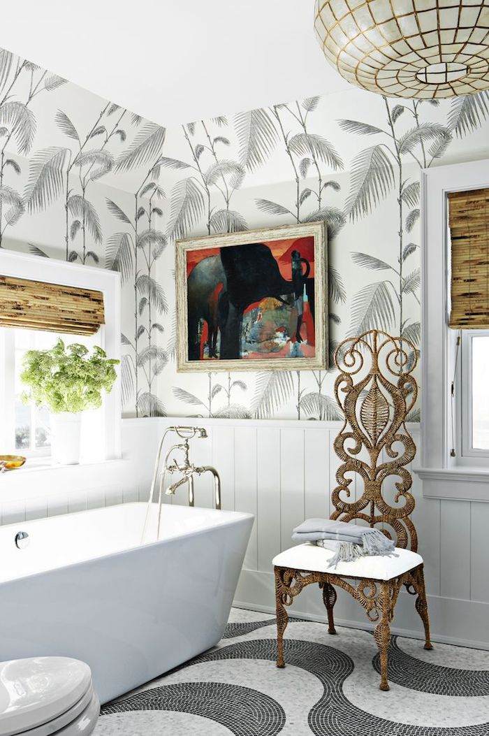 Moderne Bäder, Badfliesen mit Blätter Motiv, weiße Keramik Badewanne, Stuhl mit vielen Schnörkeleien