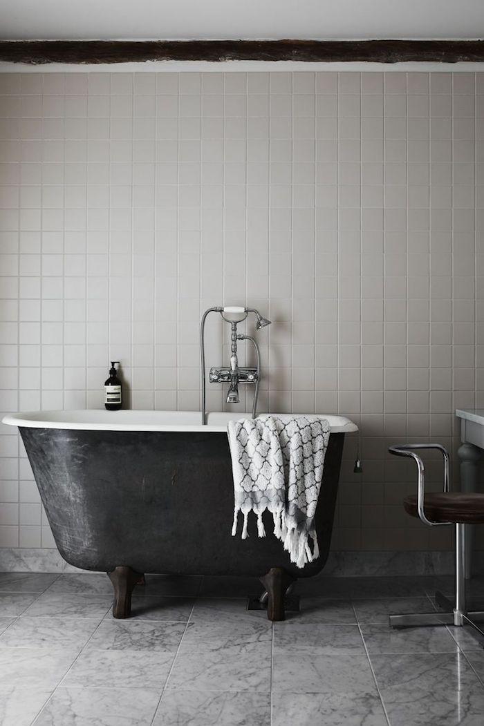 Bad Gestaltung in minimalistischem Stil, weiße Mini Fliesen, Badewanne schwarz außen und weiß innen
