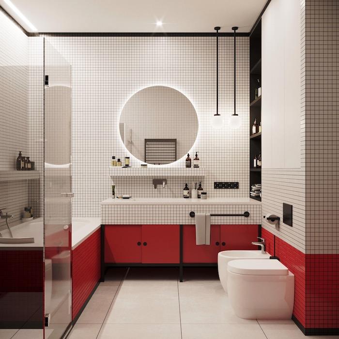 Bad Einrichtung in Weiß und Rot, runder Spiegel, rote Schränke und Glastür