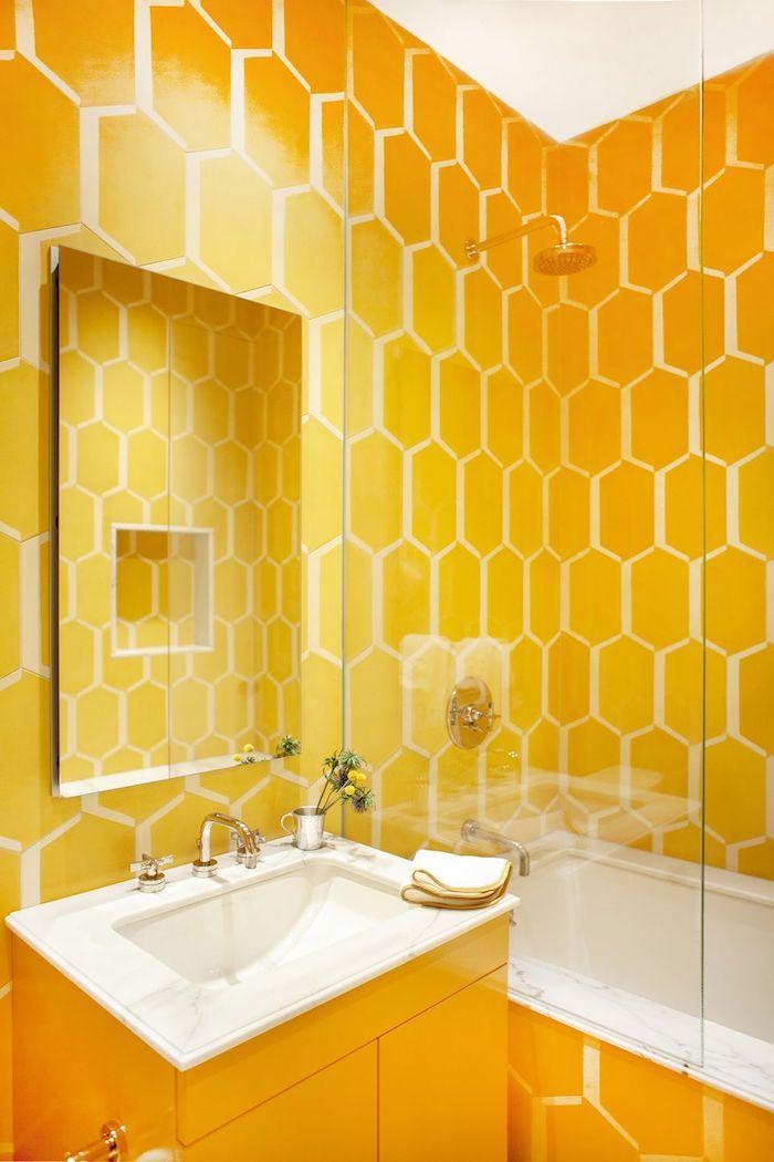 Bad Gestaltung Bienenstock Optik, in Gelb und Weiß, viereckiger Spiegel, Keramik Waschbecken