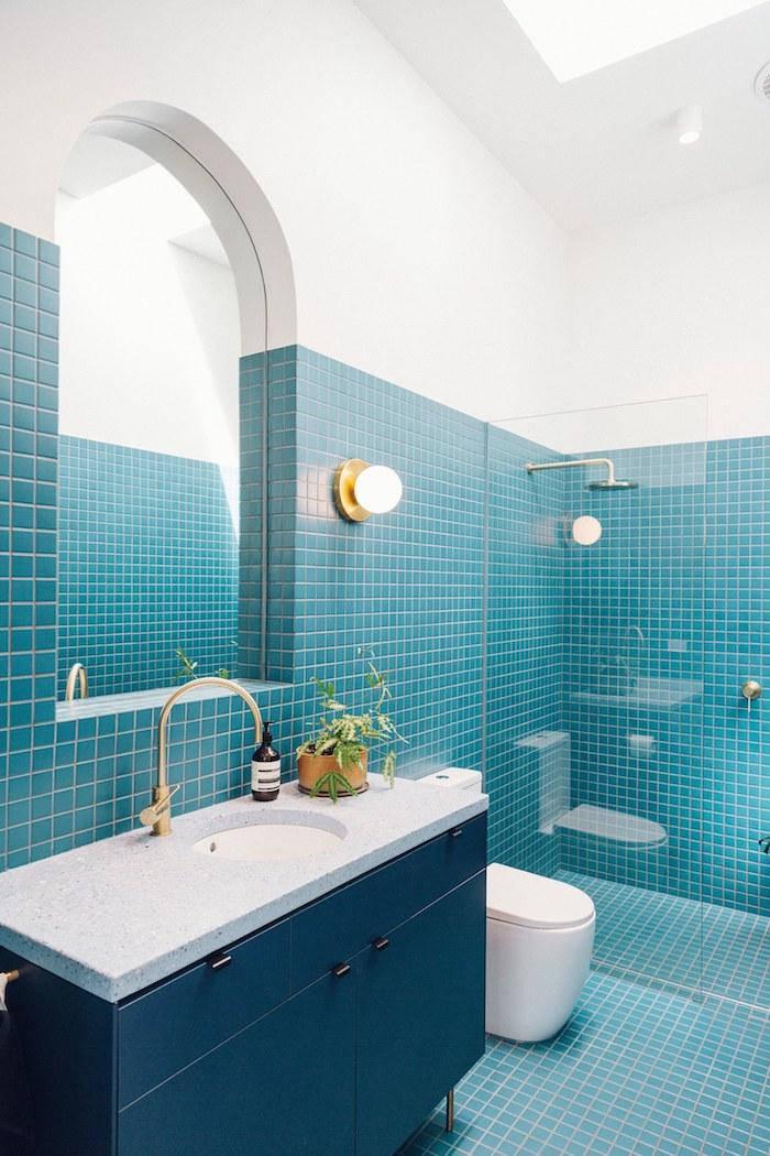 Badezimmer gestalten in Blau und Weiß, Mini Fliesen, abgerundeter Spiegel, Dusche abgetrennt mit Glas