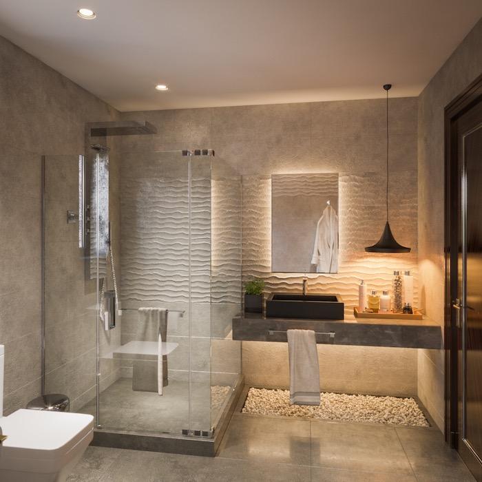 Badezimmer Gestaltung Ideen, Fliesen in Beige, Duschkabine aus Glas, viereckiger Badspiegel, schwarzer Waschbecken