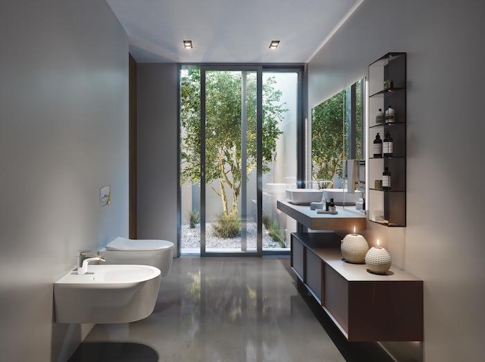 Simples Design für Badezimmer in Weiß mit Holzmöbel, Glastür zum Garten