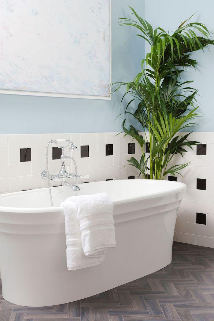 Moderne Bäder, weiße Badewanne aus Keramik, Parkett und Fliesen, große Grünpflanze