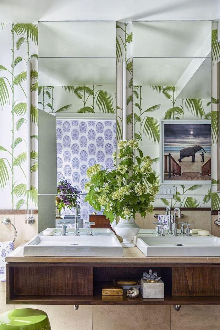 Bad modern gestalten, Badfliesen mit Blätter Motiv, zwei weiße Waschbecken, viereckige Spiegel