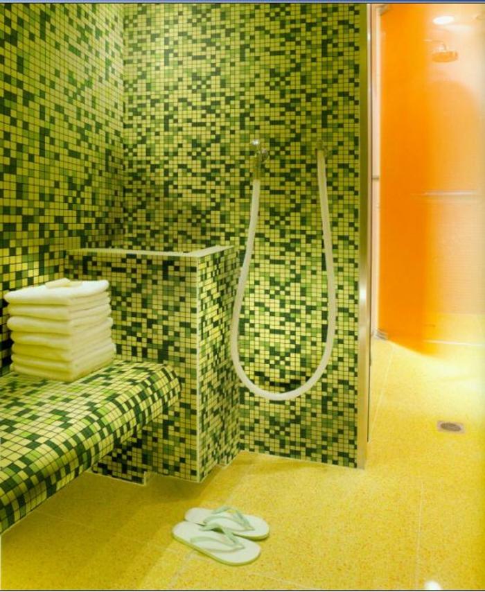 badezimmer-mit-mosaik-grün-orange-und-gelb