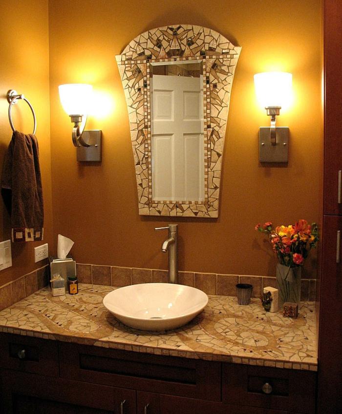 badezimmer-mit-mosaik-schöner-spiegel-und-zwei-lampen