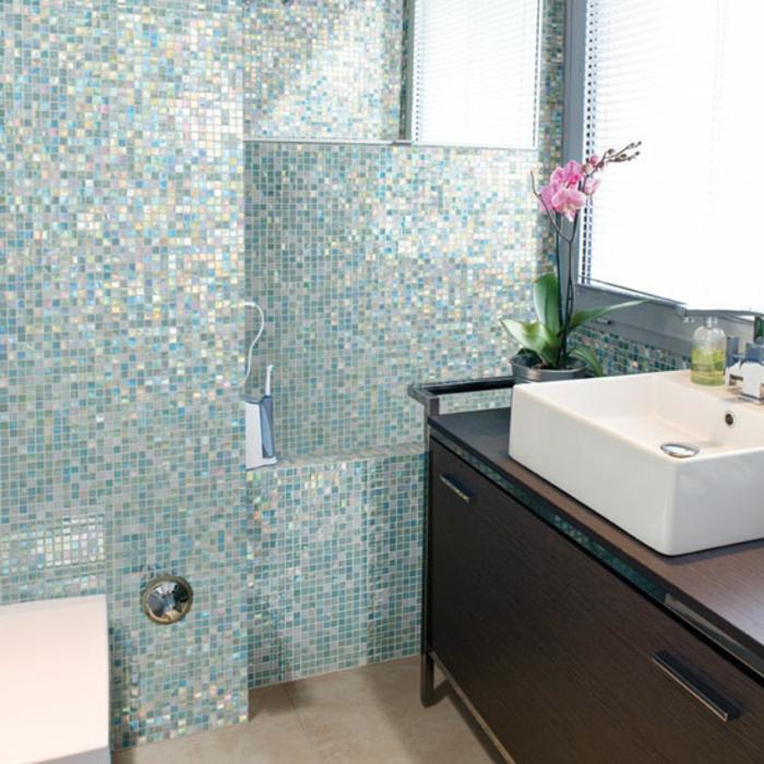 badezimmer-mit-mosaik-weißer-waschbecken-brauner-unterschrank