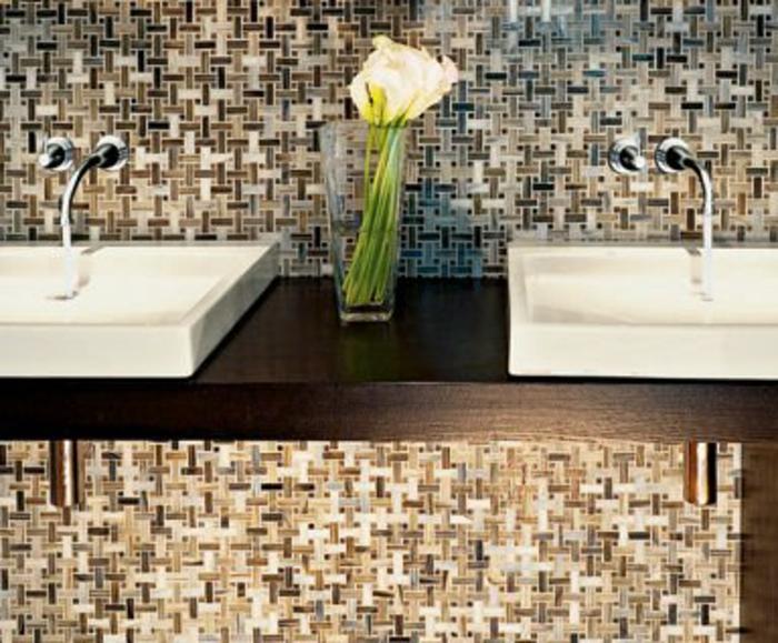 badezimmer-mit-mosaik-zwei-waschbecken