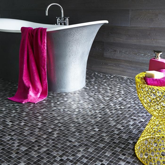 badezimmer-mit-mosaik-zyklamenfarbiges-tuch