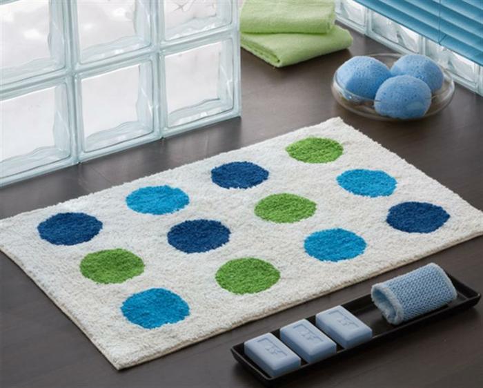 badezimmer-teppich-gepunktet-in-grün-blau-und-weiß