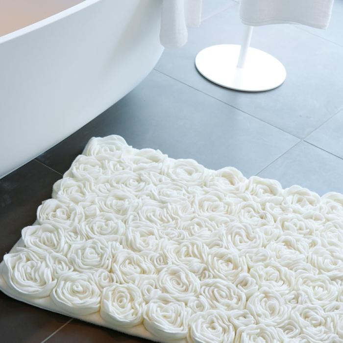 badezimmer- teppich-rosen-weiß